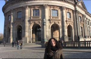 Kamerafrau Mónica vorm Bodemuseum